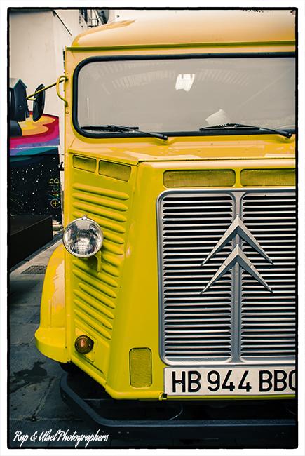 Antigua Furgoneta Citröen Amarilla, Foodtruck. En el mercado de las Armas en Zaragoza